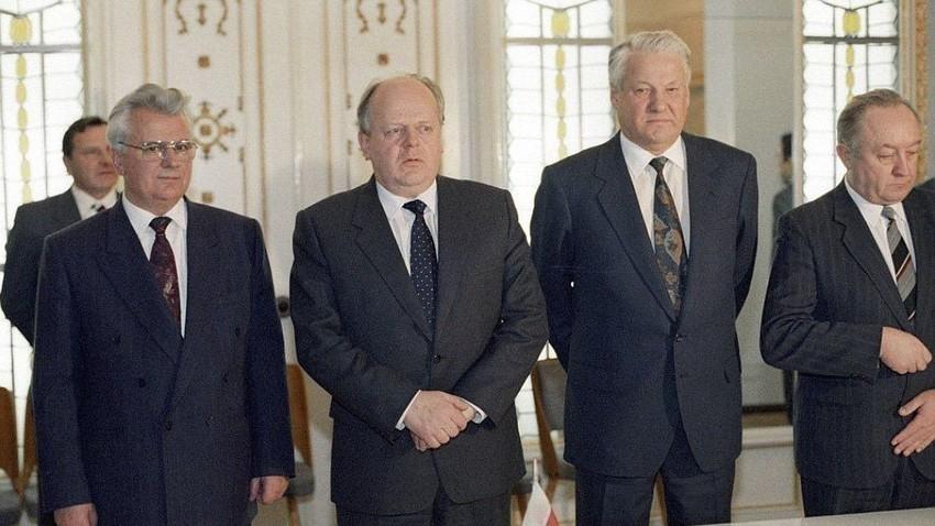 I leader delle tre repubbliche ex-sovietiche che firmarono l'Accordo di Belavezha. Secondo da destra, l'ex Presidente russo Boris Eltsin