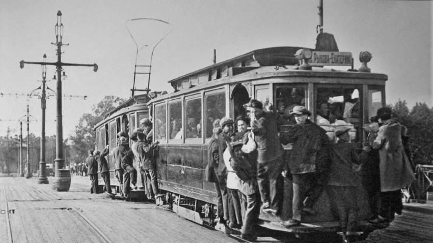 Преполнет трамвај во Петербург, 1933