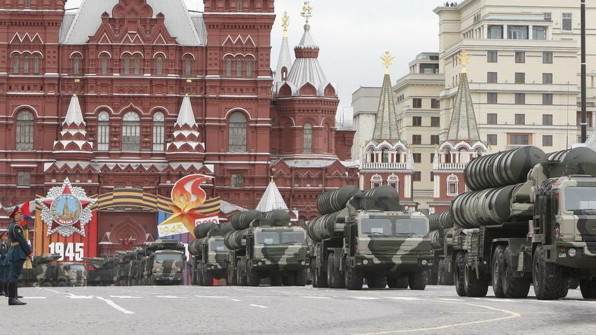 Iring-iringan sistem pertahanan udara S-400 melewati Lapangan Merah selama latihan parade Hari Kemenangan di Moskow, Rusia, 6 Mei 2010.