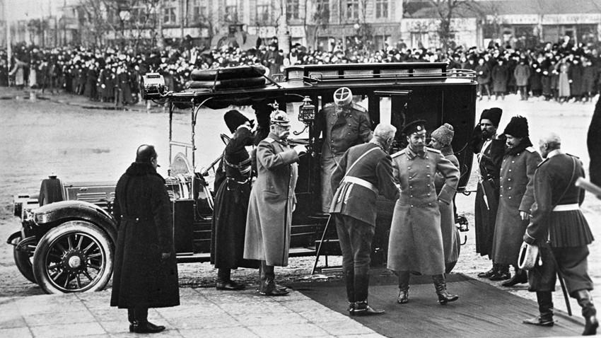 Nikolai II. im Jahr 1913 bei seiner Ankunft zum Festakt anlässlich des 300. Jahrestages der Thronbesteigung der Romanow-Dynastie in Sankt Petersburg. Aufnahme des deutschstämmigen Fotografen Karl Bulla...