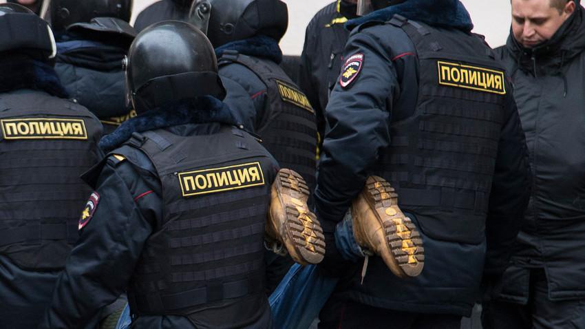 Policiais russos em ação.