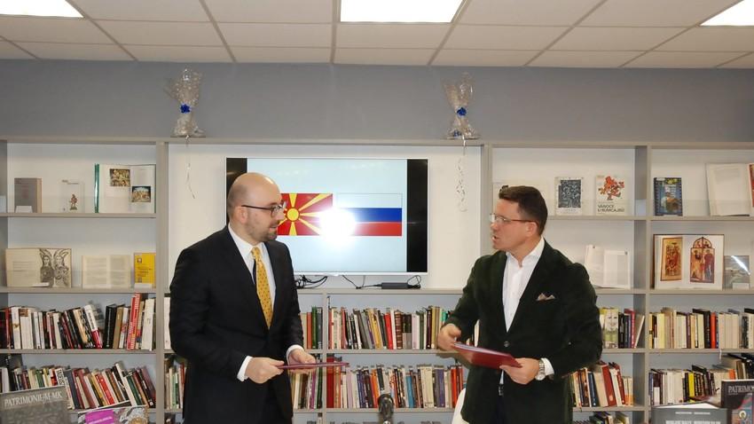 Амбасадорот на Република Македонија Гоце Карајанов и генералниот директор на Библиотеката за странска литература Вадим Дуда.