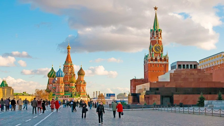 Scottish architect and engineer Christopher Galloway was hired by the first Romanov, Czar Mikhail, to assemble a clock for Spasskaya Tower