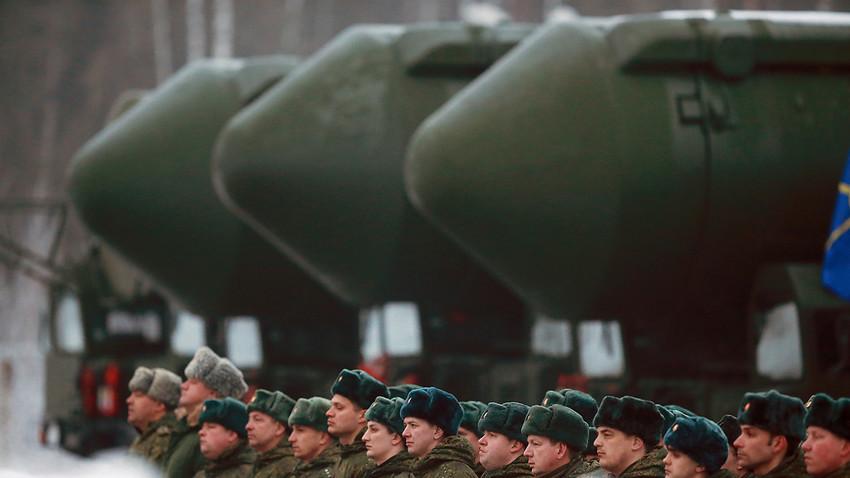 Mobilna balistična medcelinska raketa RS-24 Jars na generalki parade ob dnevu zmage