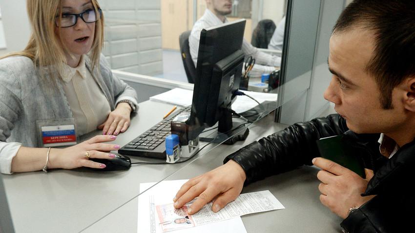 Ausländer bei der Beantragung eines Arbeitspatents in einem Migrationszentrum im Moskauer Gebiet