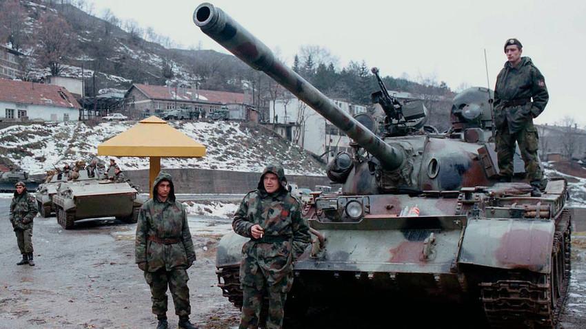 Југословенски војници у селу Стари Трг код Косовске Митровице, 40 km од Приштине, 9. јануара 1999.