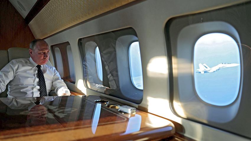 Putin di atas pesawat saat terbang ke Pangkalan Udara Khmeimim di Suriah.