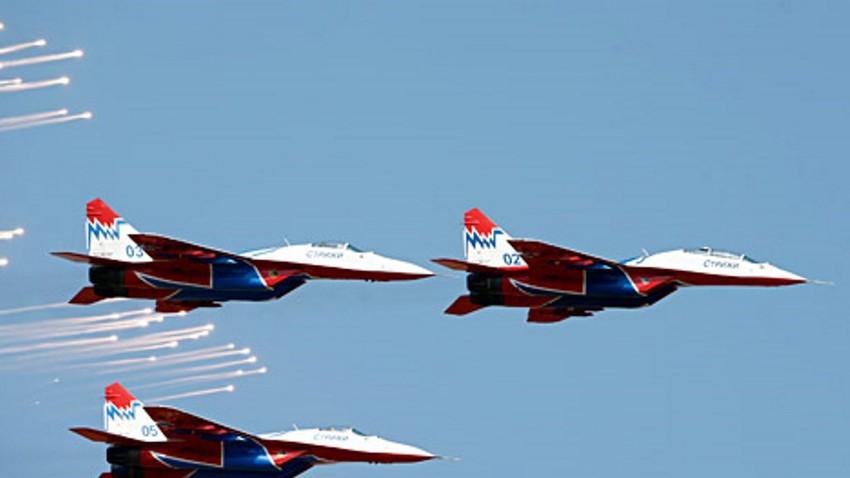 """Самолети """"МиГ-29"""" на """"Стрижите"""" по време на международно въздушно шоу в Белград, 2012 г."""