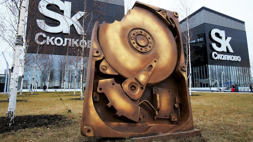 Двометарскиот споменик, направен во форма на оштетен хард диск, беше создаден со поддршка од компании погодени од сајбер нападот.