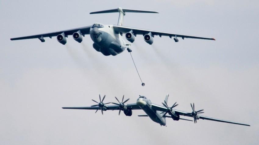 Дозареждане във въздуха - Ил-78 и Ту-95