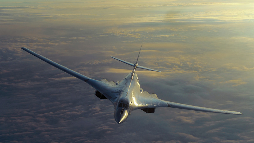 """""""Новата авионска крстосувачка ракета Х-50 може да биде сместена во внатрешноста на бомбардерите Ту-22М3, Ту-95МС и Ту-160"""". (На фотографијата – суперсоничен стратешки бомбардер Ту-160)."""