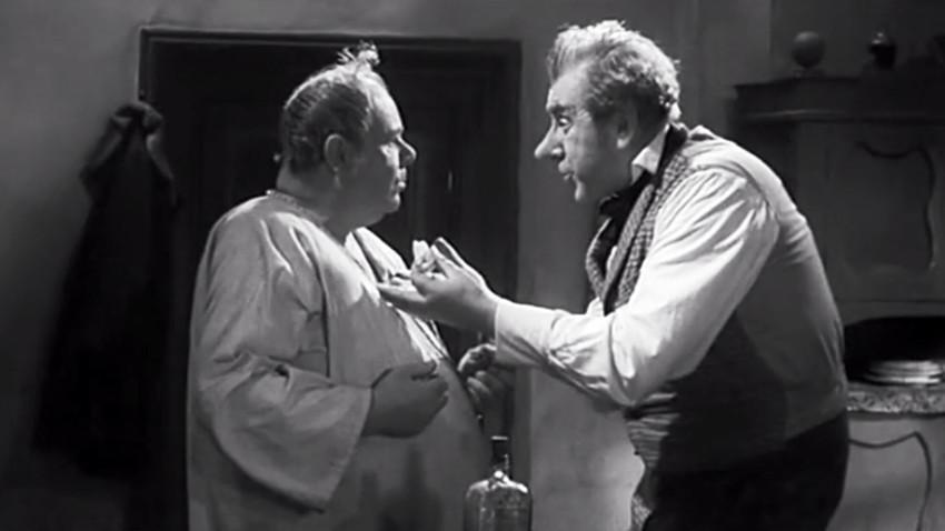 "Cena do filme ""História de como se zangaram Ivan Ivânovitch e Ivan Nikiforovitch"" (1959)."
