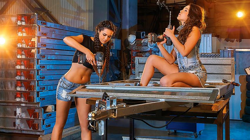 Beberapa perusahaan Rusia memegang teguh tradisi desain kalender yang menampilkan model perempuan seksi setengah telanjang yang berpose dengan produk-produk mereka untuk kalender korporat.