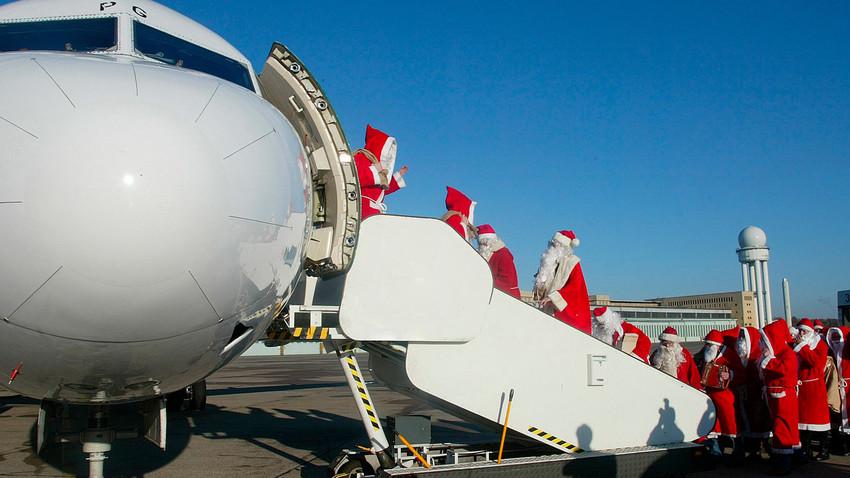 As passagens gratuitas são concedidas sob duas condições: o voo precisa ter assentos desocupados e o passageiro deve permanecer fantasiado até a chegada ao destino.