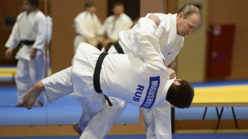 Presiden Rusia Vladimir Putin berlatih judo melawan Musa Mogushkov, anggota tim Judo Rusia, di Sochi, Rusia, Jumat, 8 Januari 2016.