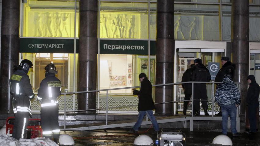 Polisi berjaga di pintu masuk sebuah pasar swalayan setelah terjadi ledakan di Sankt Peterburg, Rusia, Rabu (27/12).
