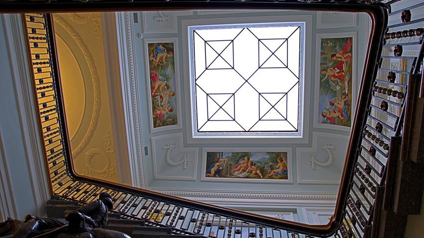 Das Interieur erinnert an den Sankt Petersburger Winterpalast. Schmuckstück des Twerer Palasts ist die Paradetreppe, die direkt vom Eingang zu den zwei wichtigsten Sälen im Obergeschoss führt.