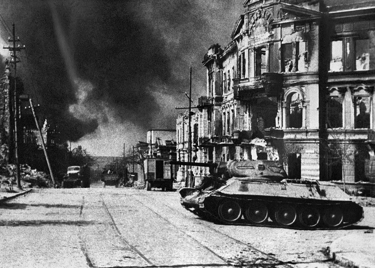 Tank T-34 na Leninovi ulici v mestu Sevastopol, Sovjetska zveza, na dan osvoboditve