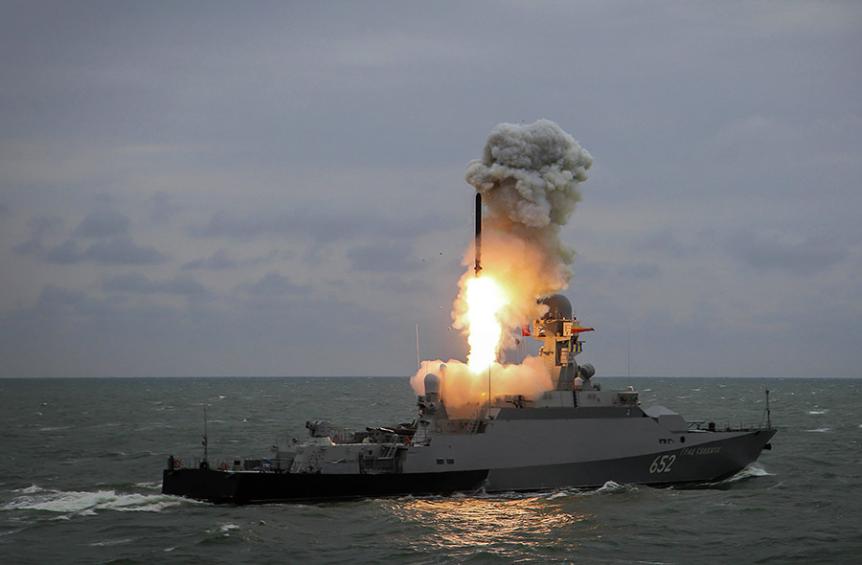 Korveta Grad Svijažsk ob izstrelitvi rakete Kalibr.