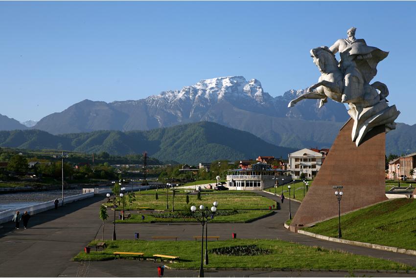 Vladikavkaz, Severna Osetija - Alanija. Spomenik sovjetskemu heroju Isi Plijevu na bregu reke Terek.