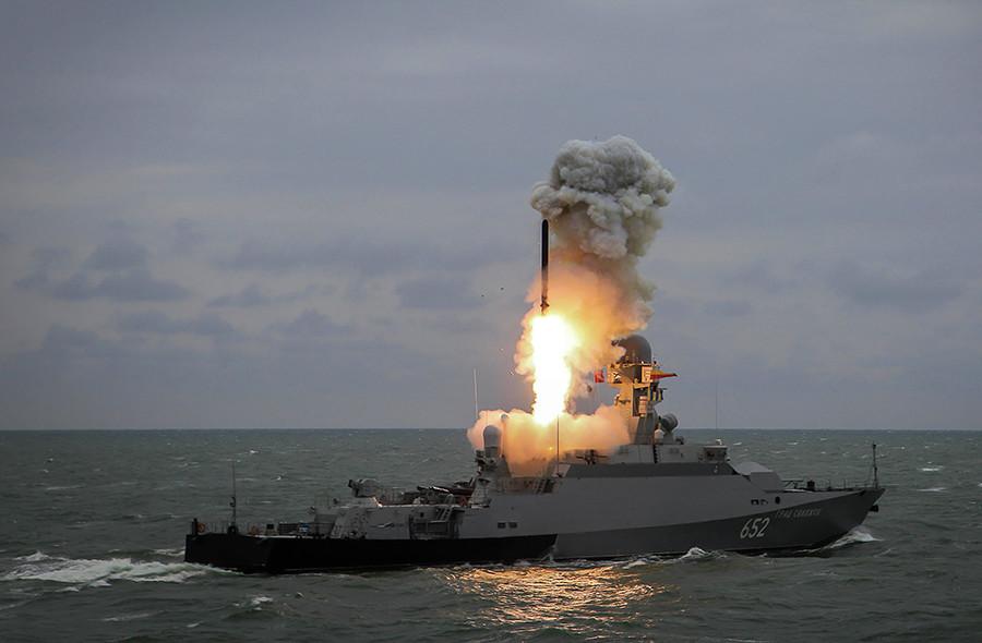 """Малиот ракетен брод """"Град Свијажск"""" истрелува ракета """"Калибар"""" на завршната воена вежба на бродските единици на Касписка флотила."""