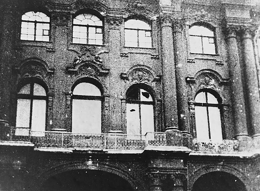 Istana Musim Dingin di Petrograd yang mengalami kerusakan akibat tembakan dari arah Benteng Pyotr dan Pavel.