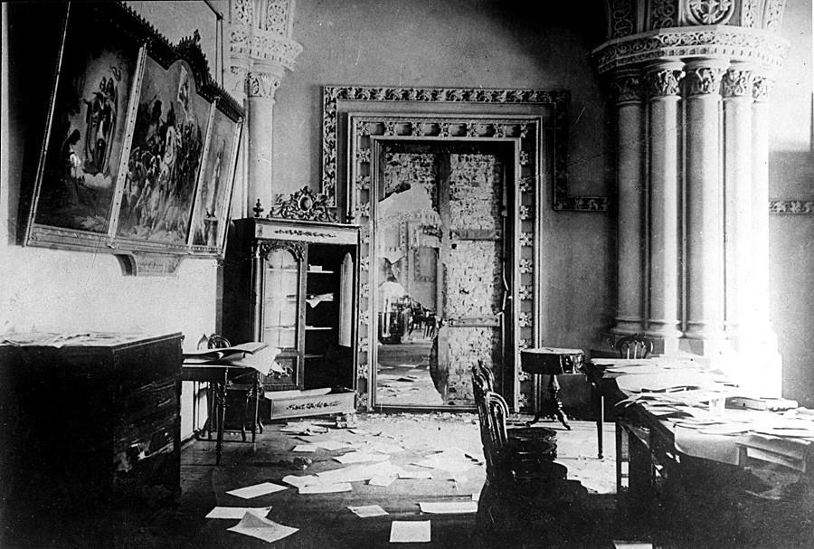 Foto ruangan bergaya gotik dalam Istana Musim DIngin yang baru diambil alih oleh pasukan militer Komite Revolusi.