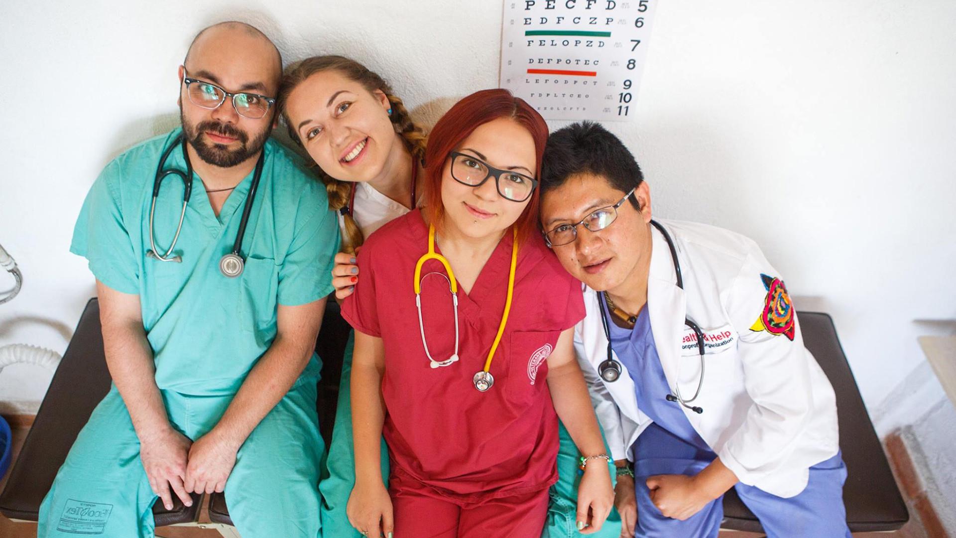 Viktoriya Valikova (kedua kanan) bersama Karina Basharova (kedua kiri) mendirikan organisasi nonprofit Health & Help