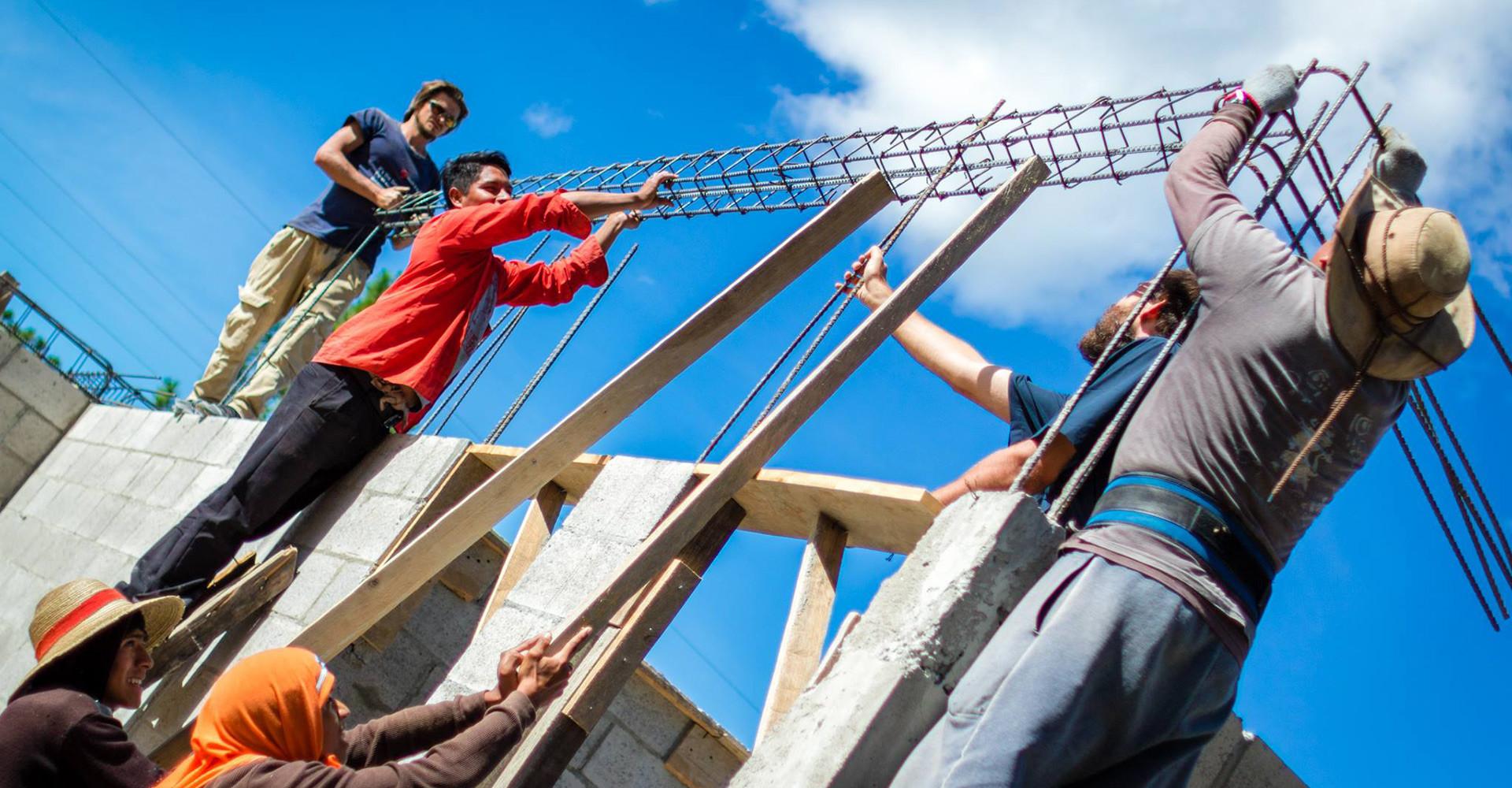 Penduduk setempat bantu membangun klinik di Chuinajtajuyup.
