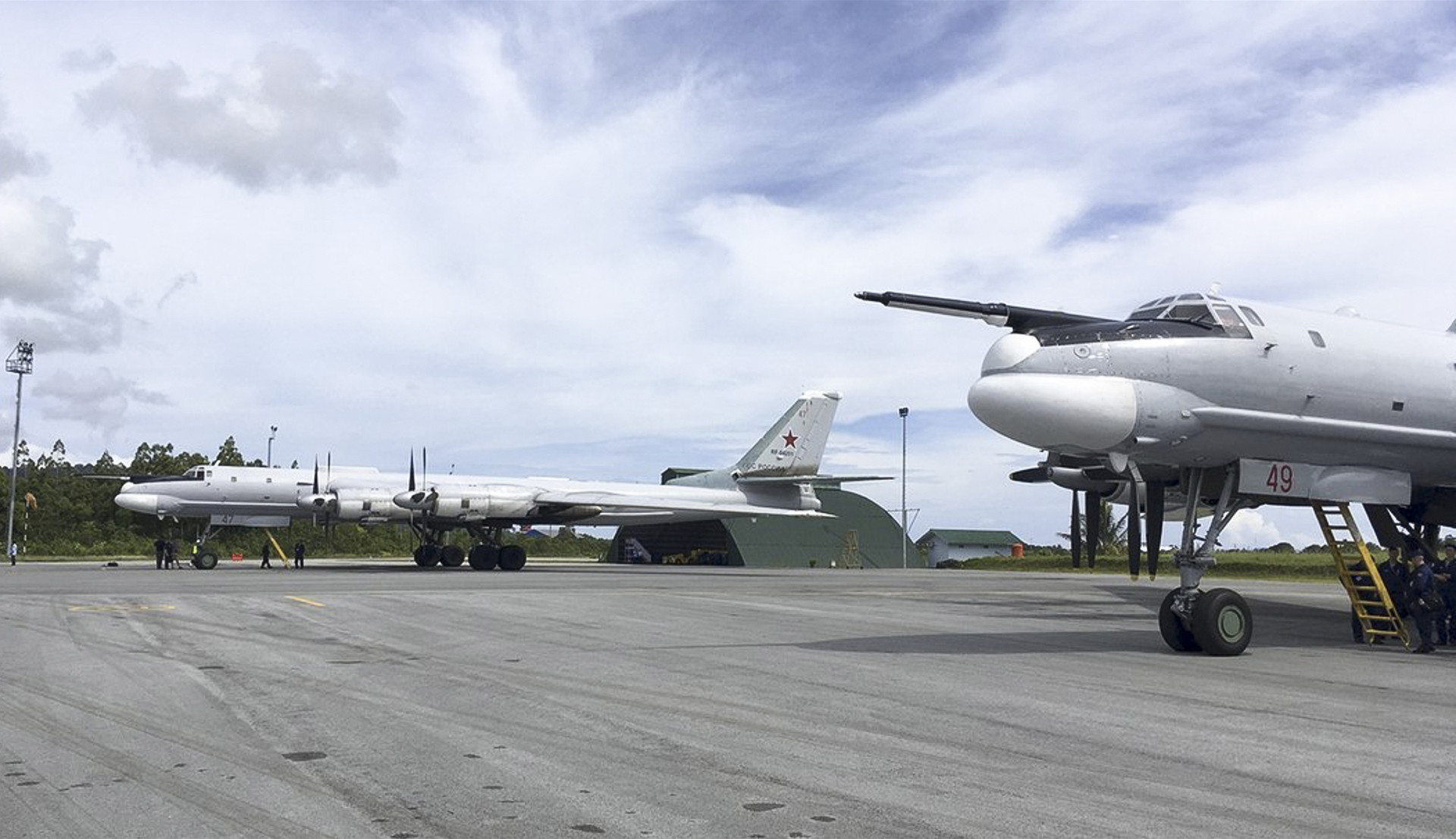 Untuk pertama kalinya dalam sejarah, dua pesawat pengebom jarak jauh Tu-95MS terbang melintasi Samudra Pasifik yang luas dan singgah di Indonesia.