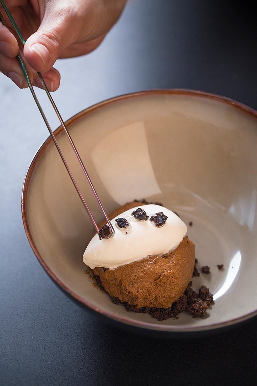 黒パン、黒ニンニク、サワークリーム。東京の晩餐試食メニュー