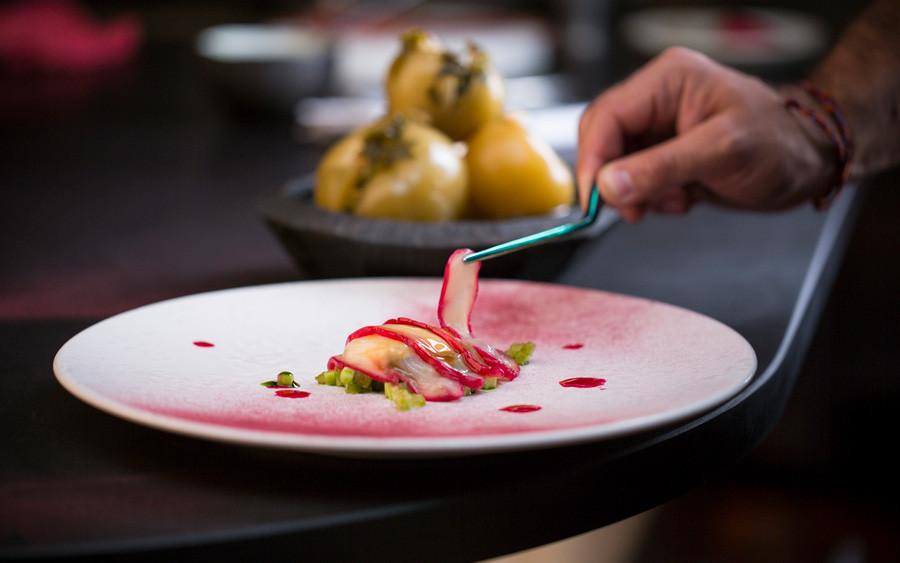 ホタテ貝、青トマト、キイチゴ。東京の晩餐試食メニュー