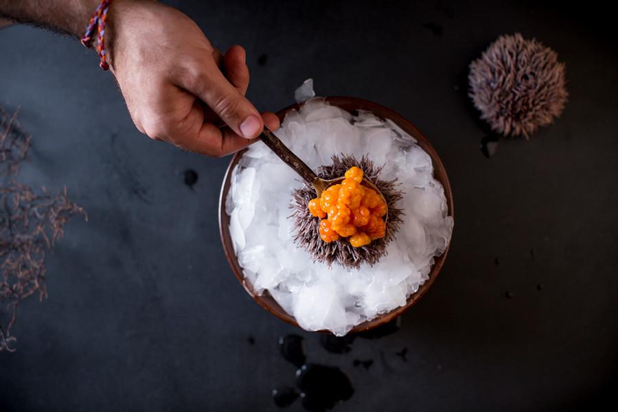 ウニとクロウメモドキ。東京の晩餐試食メニュー