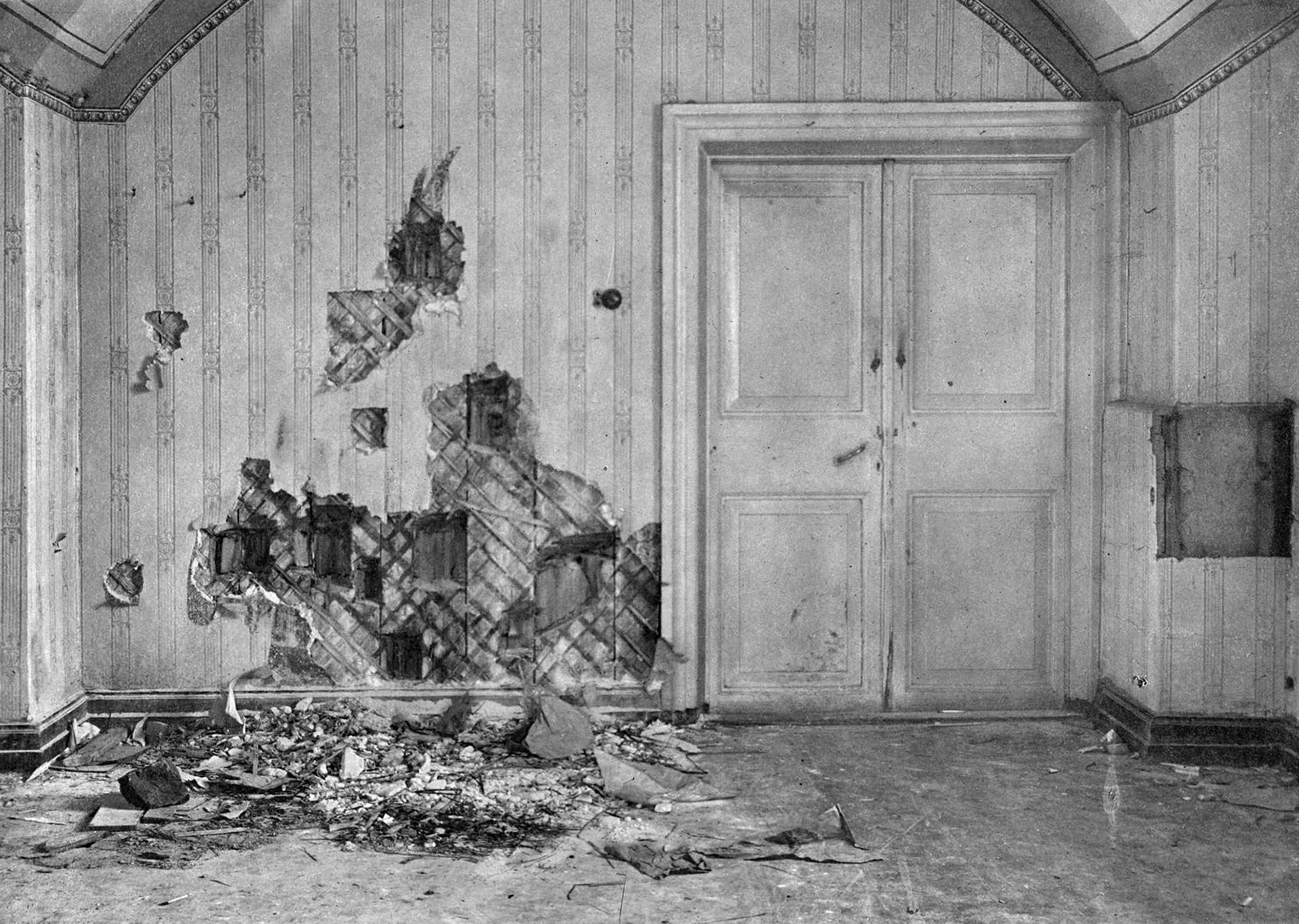 ニコライ2世一家が銃殺されたイパチエフ館。壁は探索者により銃弾などの証拠の探索で引き剥がされていた。