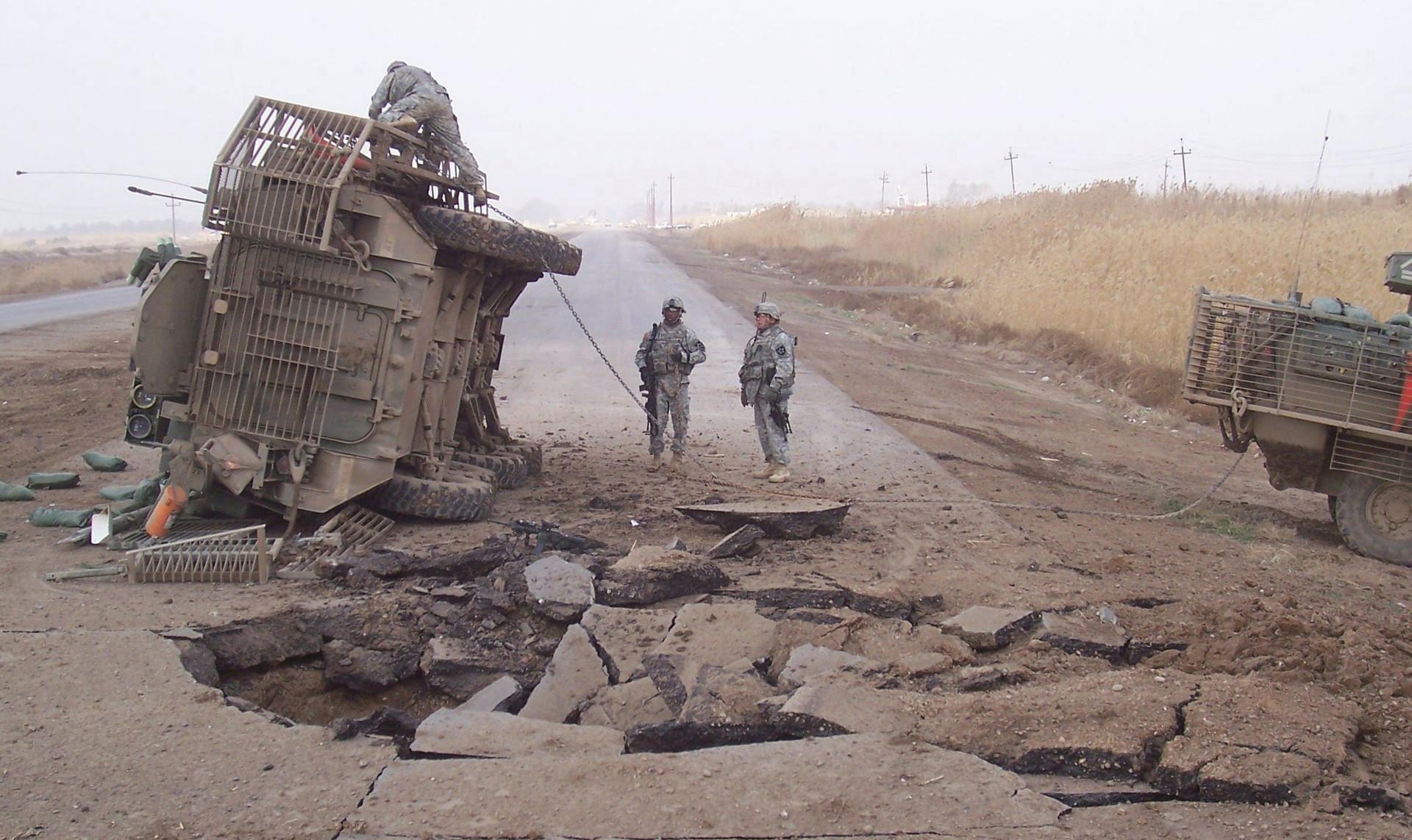 Prevrnuti Stryker nakon što je naletio na improvizirano eksplozivno sredstvo, Irak 2007. godine