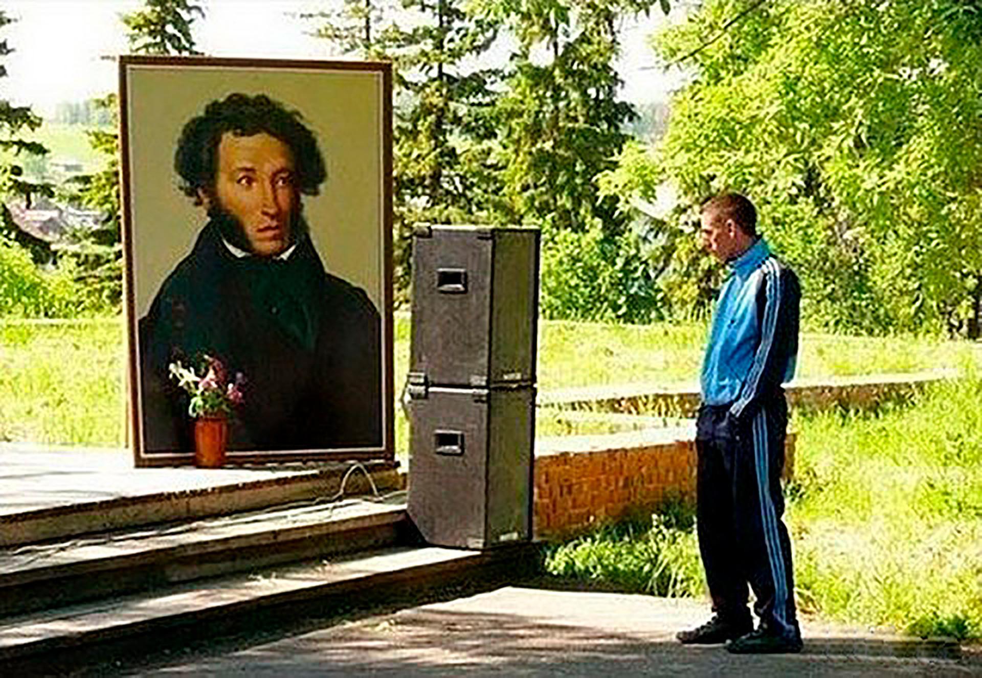 Um gópnik olha para o retrato do poeta Aleksandr Púchkin.