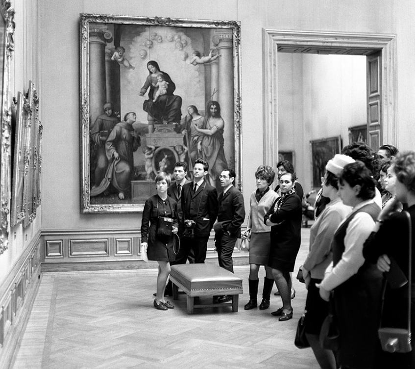 Sovjetski obiskovalci v umetniški galeriji v Dresdnu.