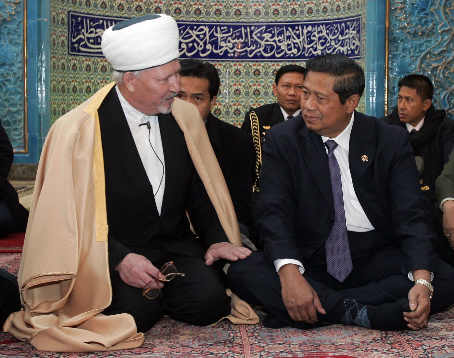 Presiden RI Susilo Bambang Yudhoyono (kanan) mendengarkan Mufti Besar Sankt Peterburg Zhafar Ponchaev saat berkunjung ke Masjid Sankt Peterburg, Rusia, 30 November 2006.