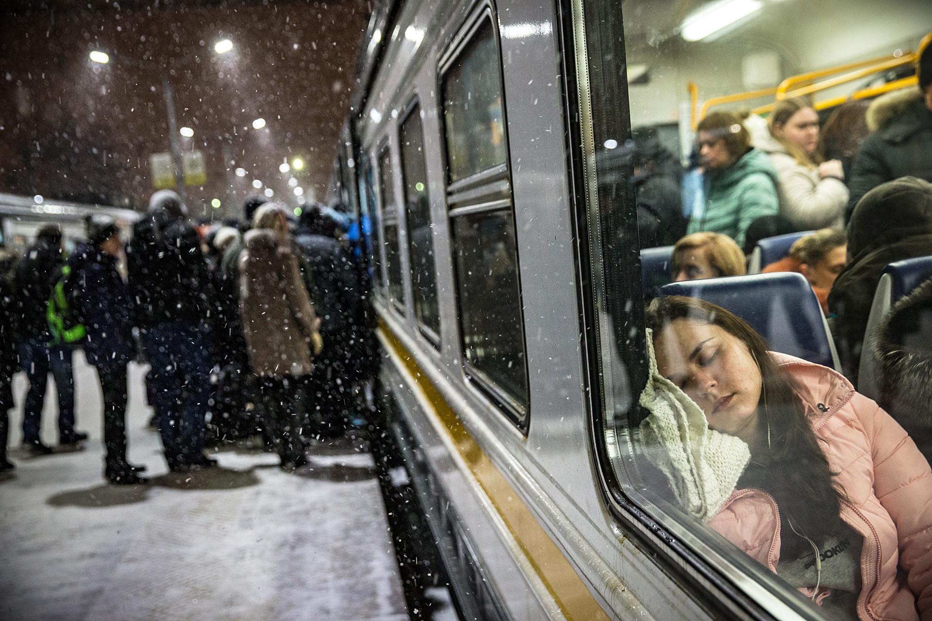 Passengers on a platform of the Odintsovo railway station.