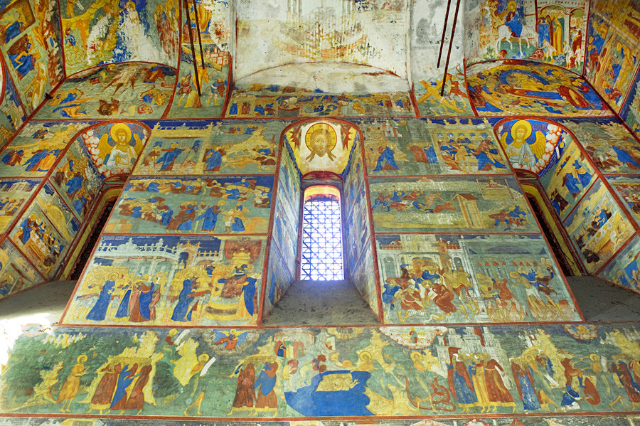 Yaroslavl. Church of Decapitation of John the Baptist at Tolchkovo. Interior, north wall. Bottom row: scenes from life of John the Baptist. Second row: scenes from Passion of Christ. Upper rows: scenes from life and parables of Christ. Aug. 15, 2017.