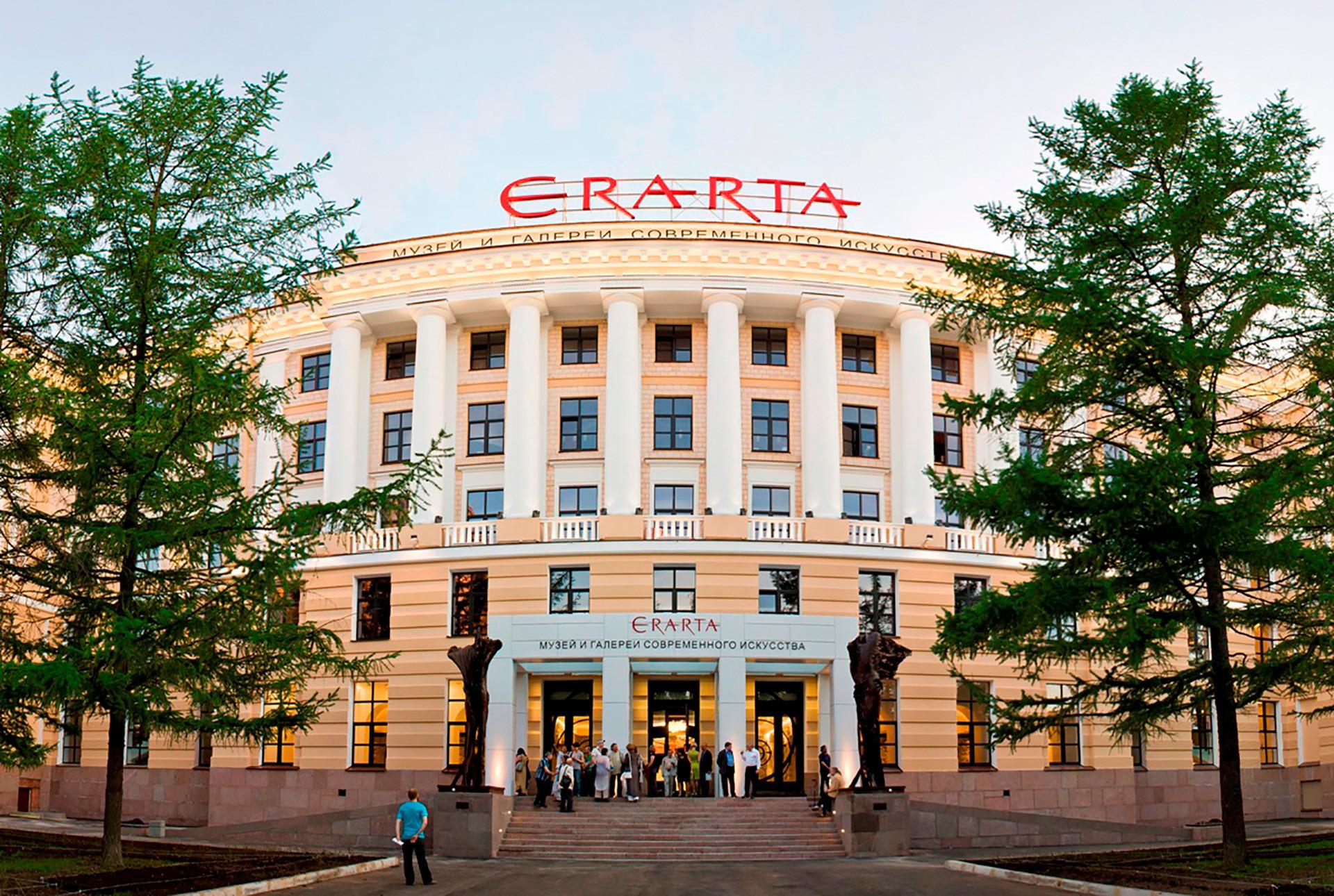Fachada do Museu Erarta.  Este museu privado de São Petersburgo funciona como espaço de exibições e de performances de teatro e música.