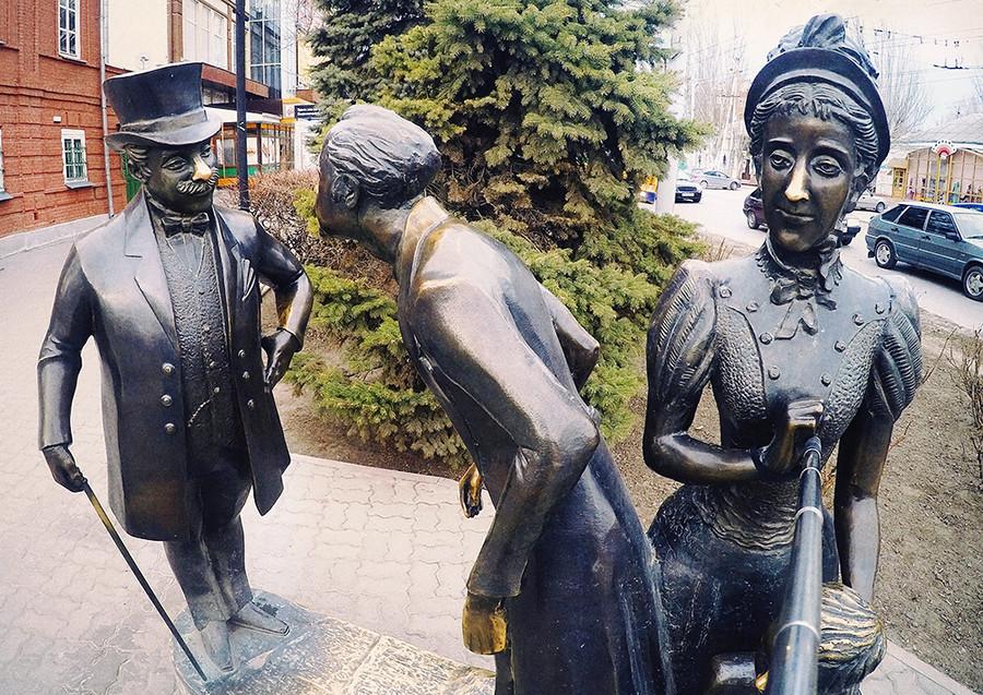 """""""El gordo y el flaco"""", escultura de D. Begálov en Taganrog."""