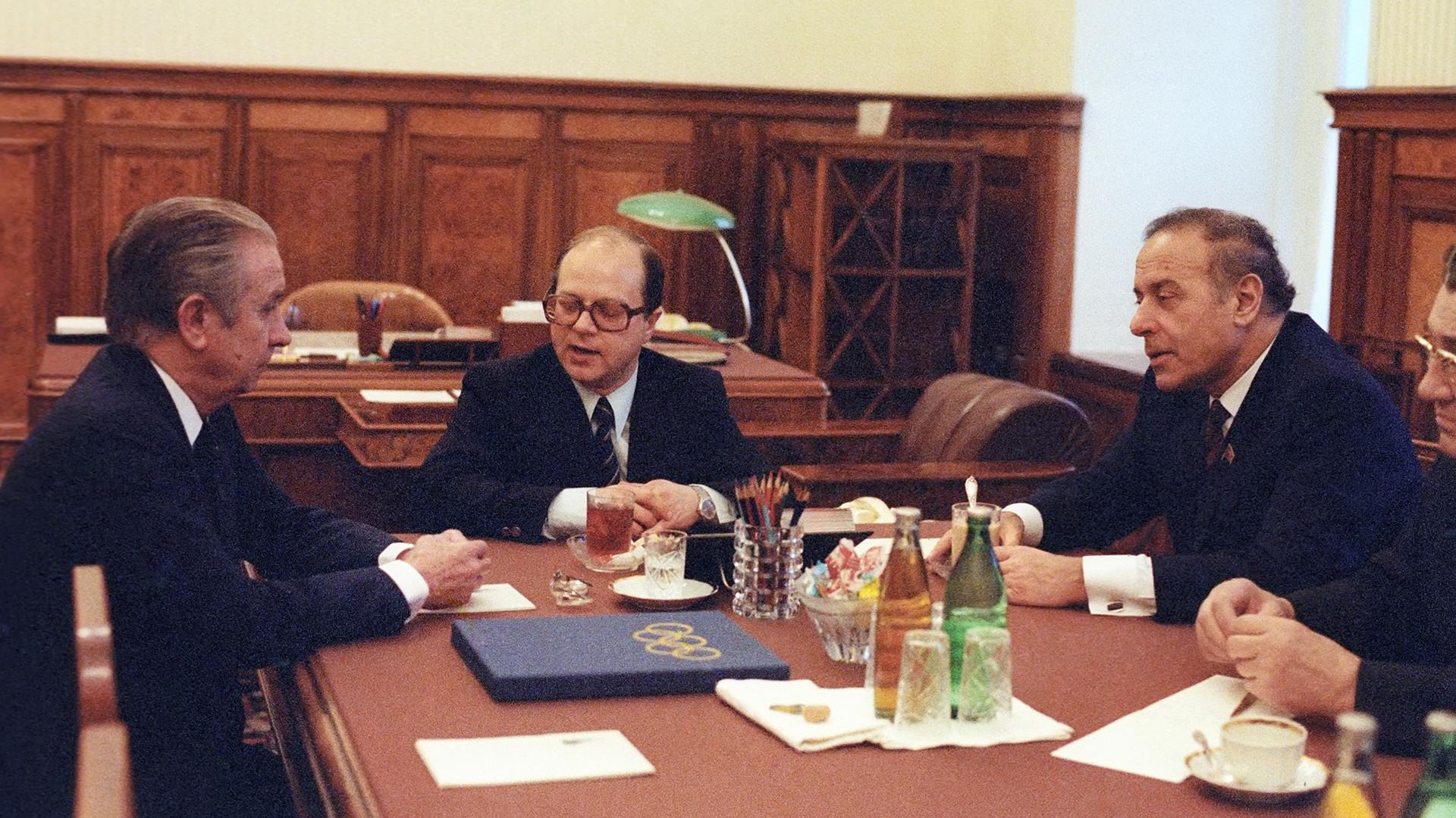 Erster Stellvertretender Ministerpräsident der Sowjetunion Gejdar Alijew (r.) mit dem damaligen Präsidenten des Internationalen Olympischen Komitees Juan Antonio Samaranch (l.) im Kreml, Dezember 1982