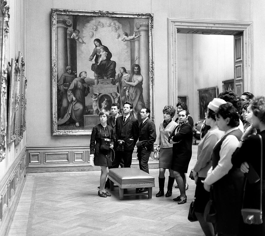 Pengunjung Soviet di Galeri Seni Dresden di Jerman Timur.