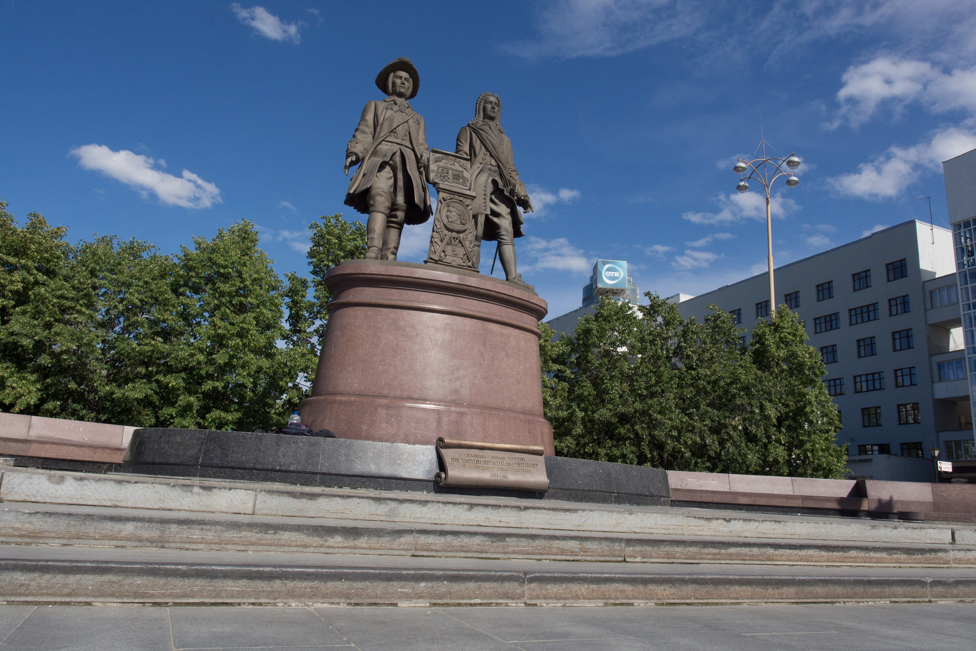 Spomenik ustanoviteljema mesta, Tatisčevu in de Genninu