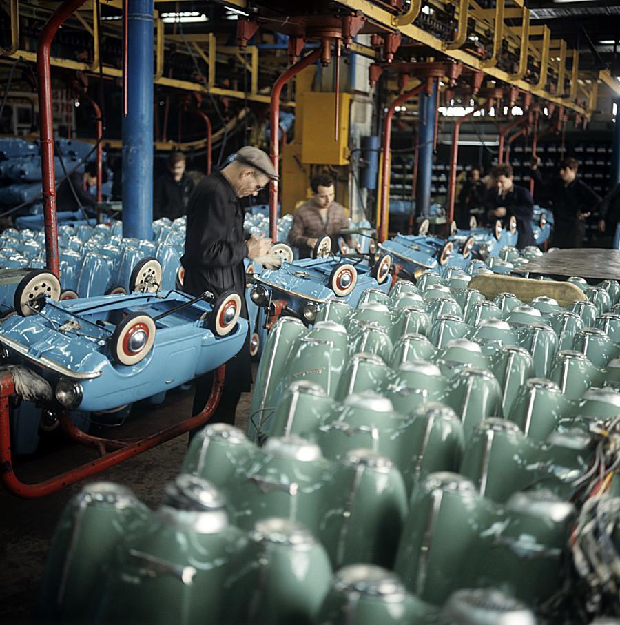 Kinderauto-Werkstatt im Moskauer Autowerk (AZLK), wo u.a. auch Moskwitsche entstanden, 1970