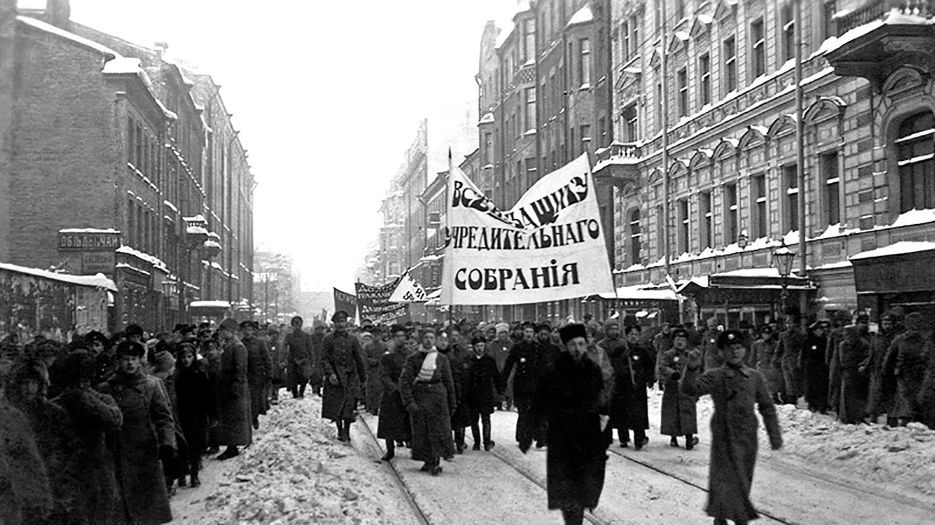 Bolshevik membubarkan demonstrasi pendukungan Majelis Konstituante dan menembak banyak partisipannya.
