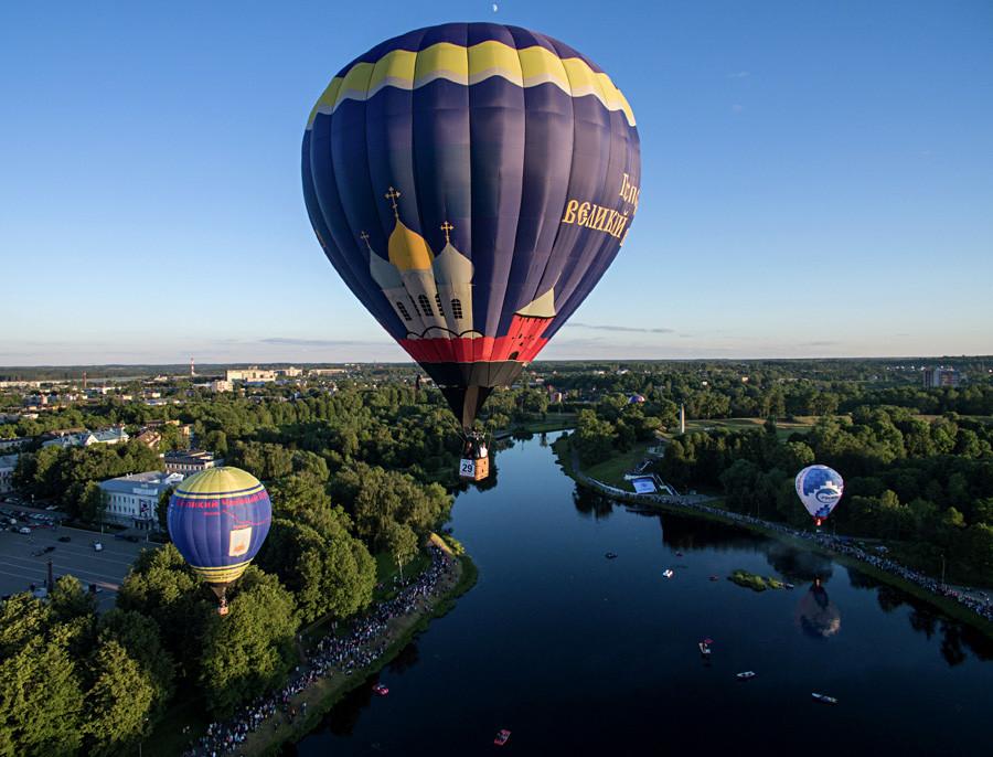 6月中旬の空を上っていく何十もの気球が忘れがたい光景を生み出す。