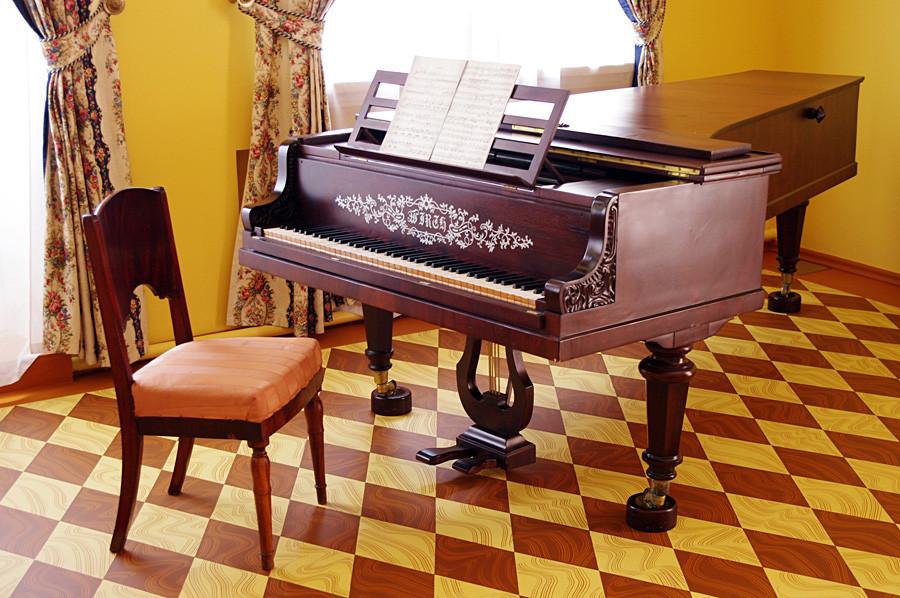 Piano besar Wirth yang dulu sering dimainkan Tchaikovsky kecil.