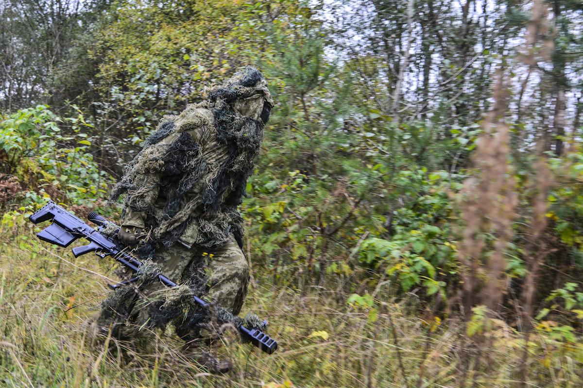 Руски снајперист во состав на ВДВ со снајперска пушка со голем калибар АСВК